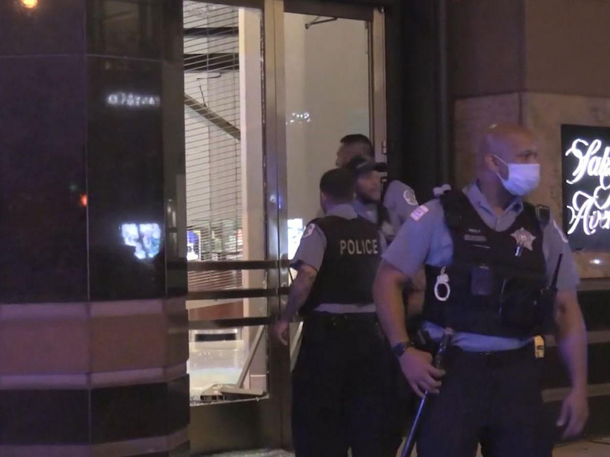 Hundreds ransack downtown Chicago businesses after shooting