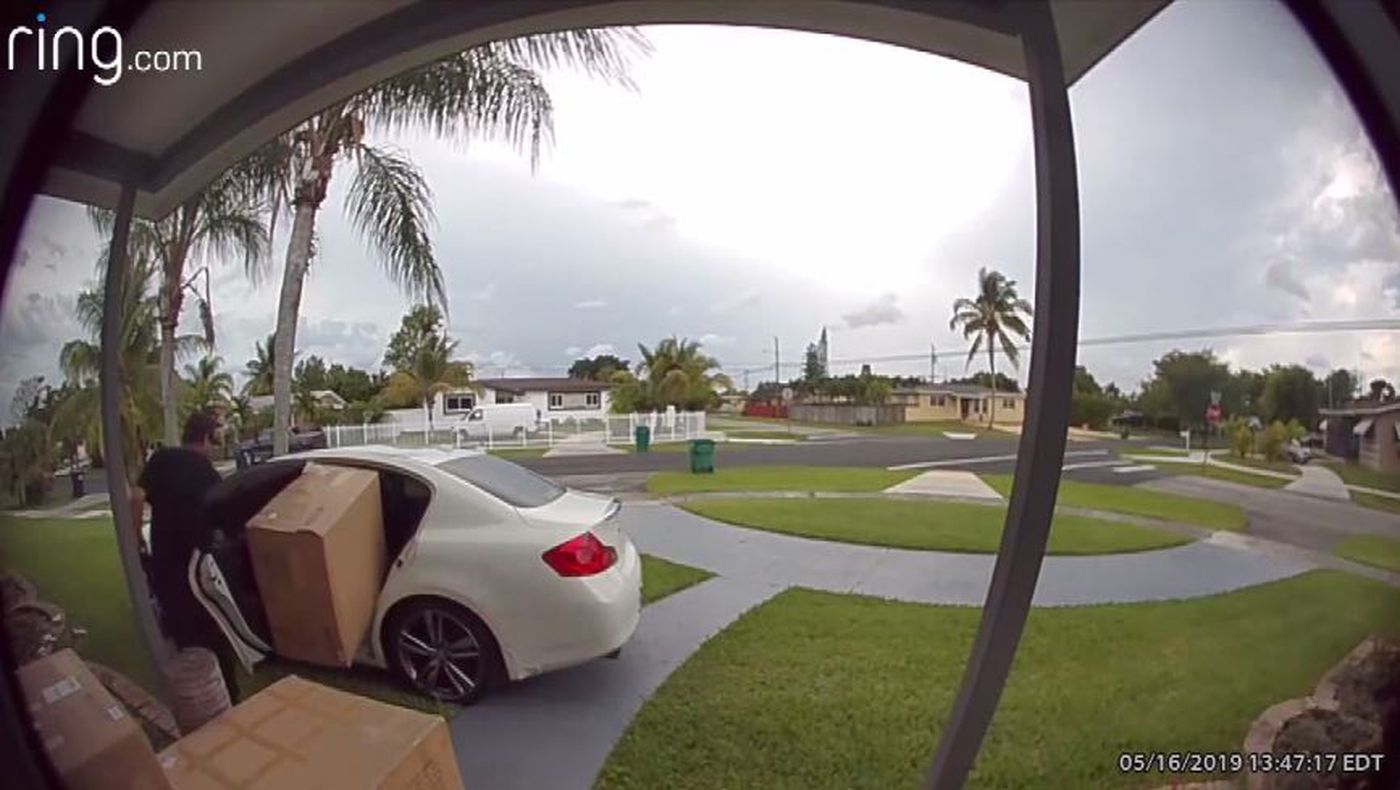 Caught on camera: Man struggles to take large box in porch piracy