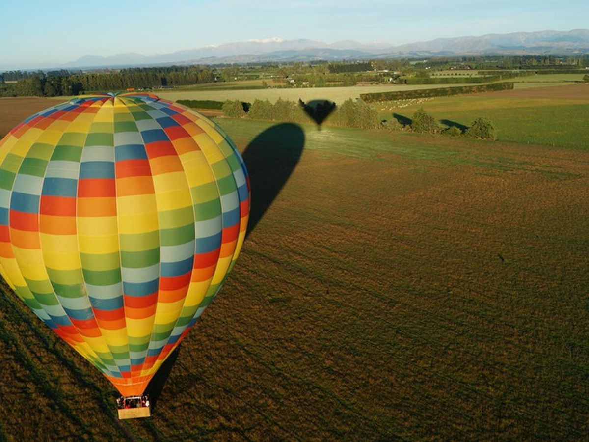 Hot air balloon hits power line in Athens