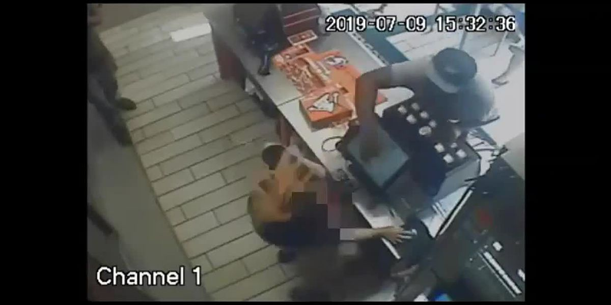 Displeased with pizza, man slaps cashier, police say