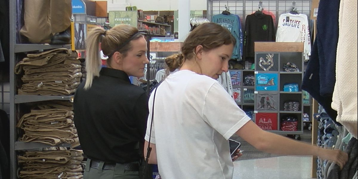 Kids get shopping spree with Huntsville police officers