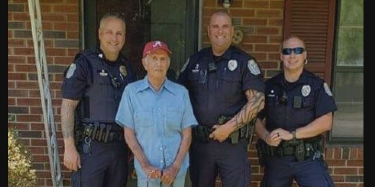 Decatur police help WWII veteran; photo goes viral