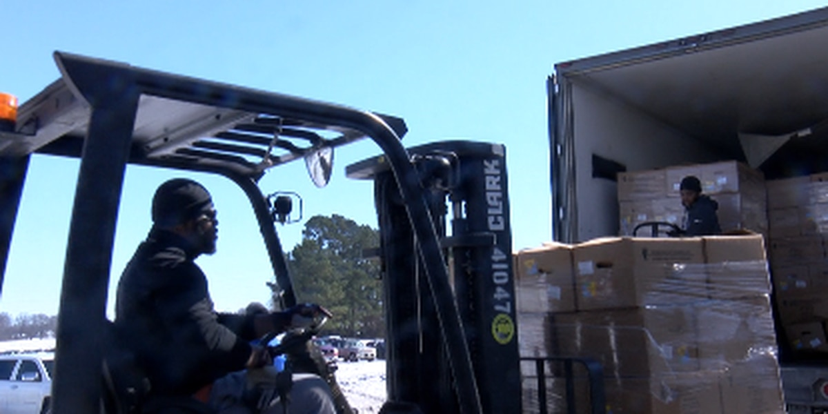 Florence church gives away 1500 boxes of food