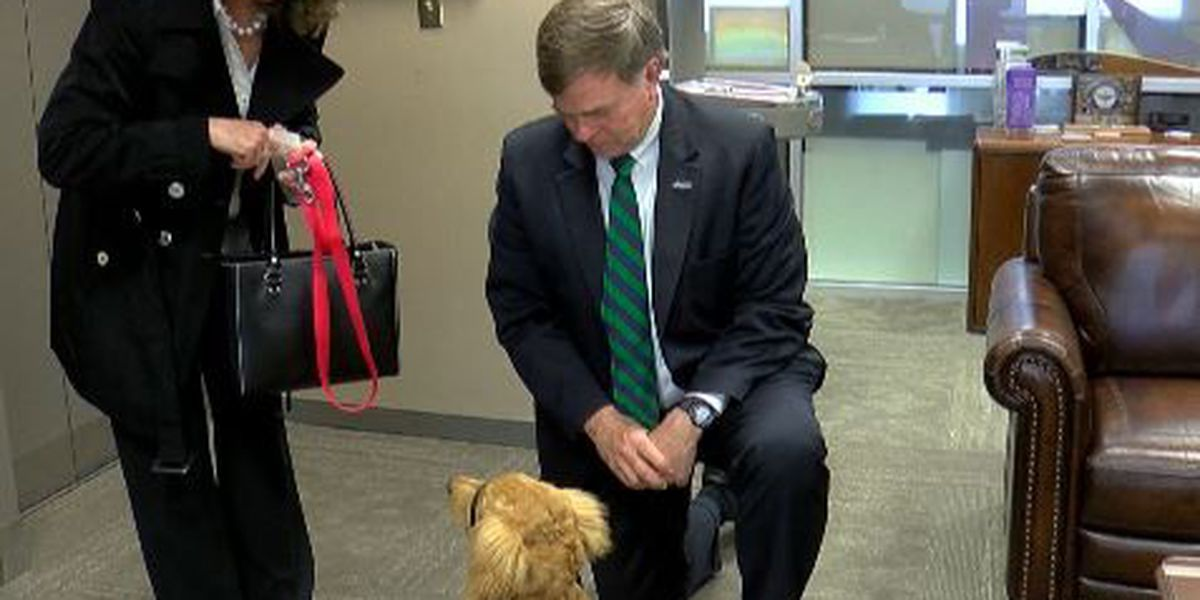 Fergie visits Huntsville City Hall, meets Mayor Battle