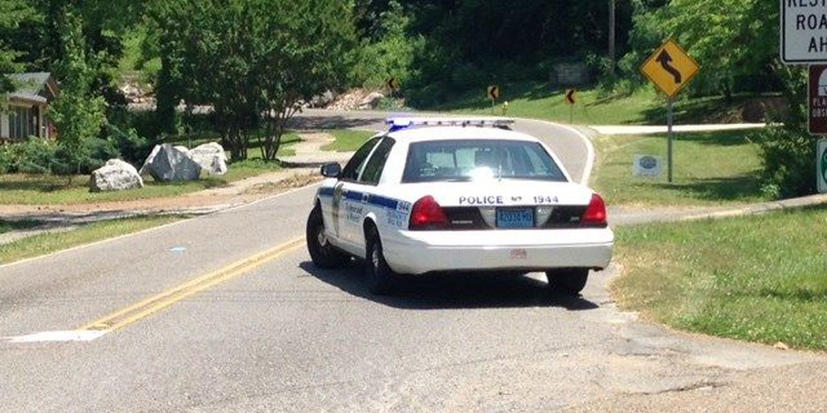 Single car accident closes part of Bankhead Pkwy