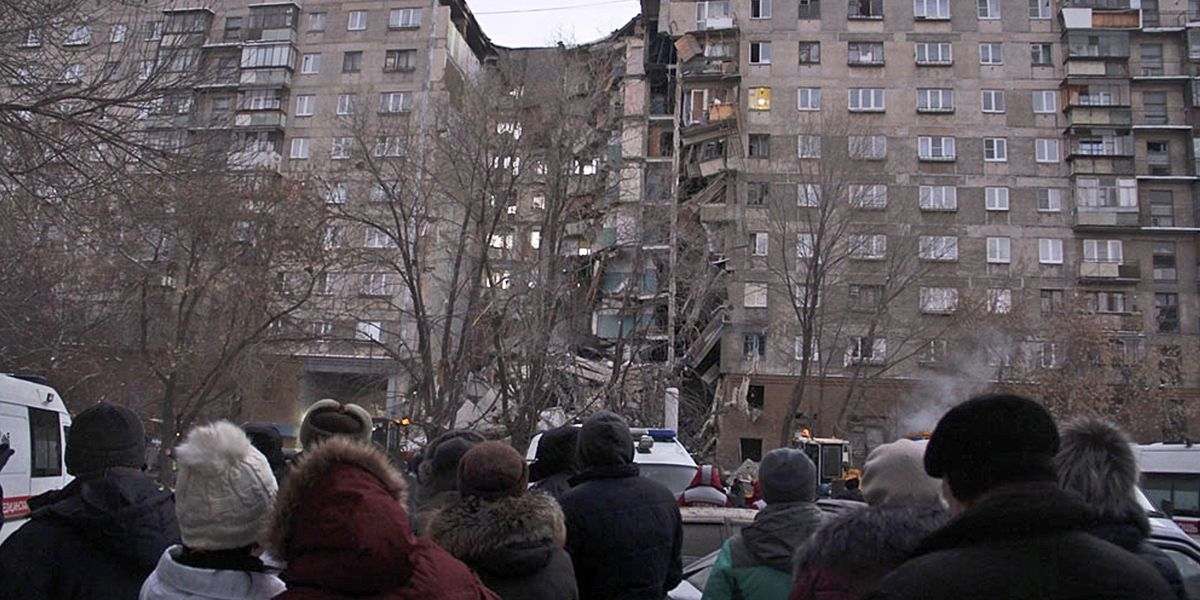 Russia: 4 die in building collapse; searchers race weather