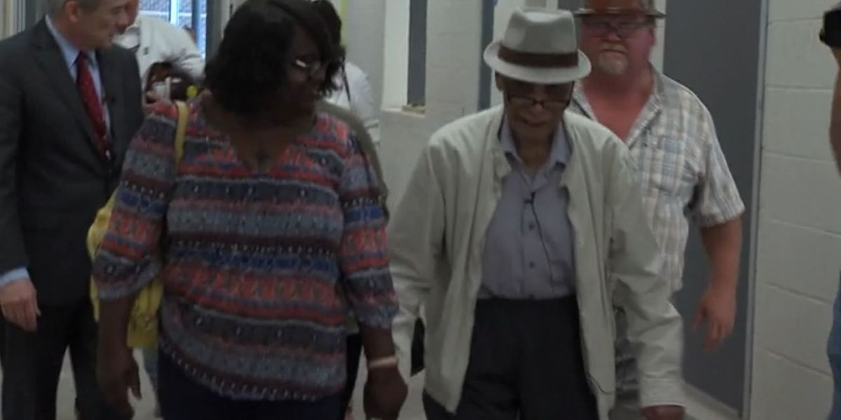 Civil rights pioneer tours elementary school