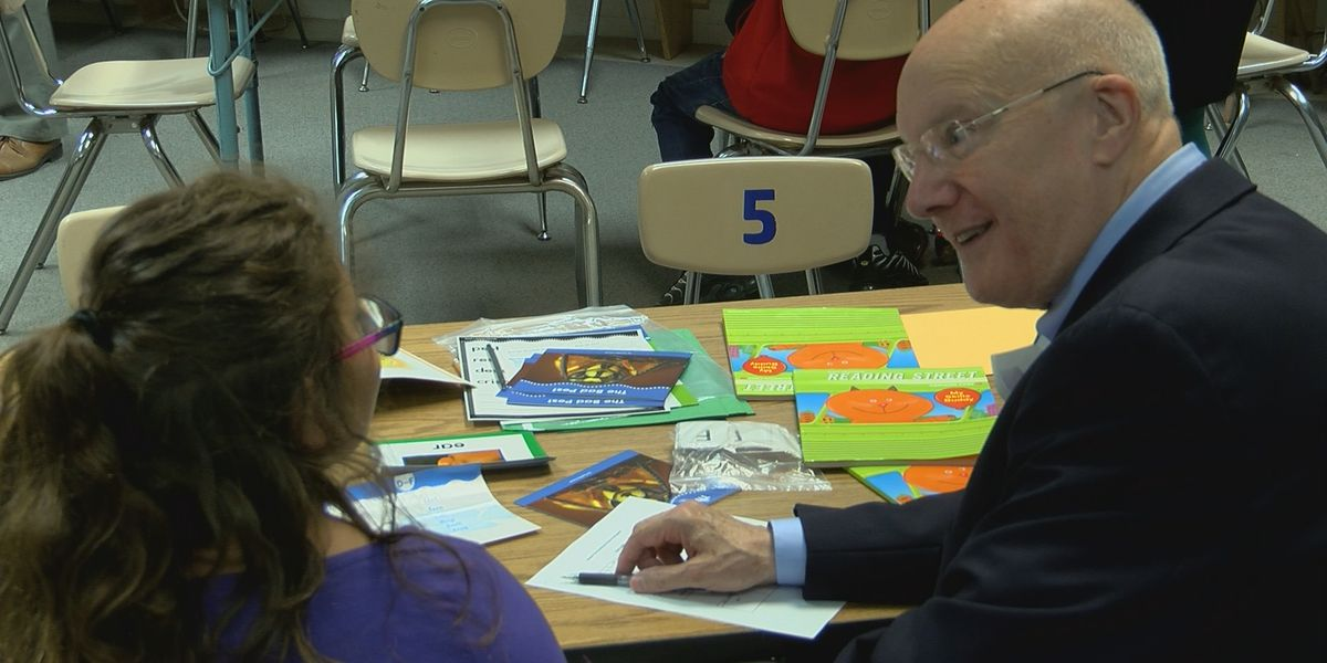 Huntsville school getting 700 new books, reading help from local Kiwanis Club